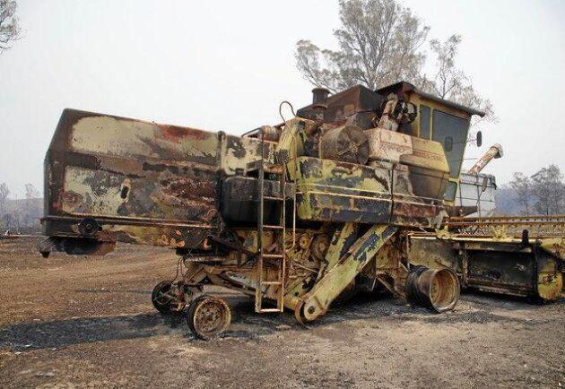 Många maskiner blev totalförstörda, bland annat den utbrända skördetröskan.