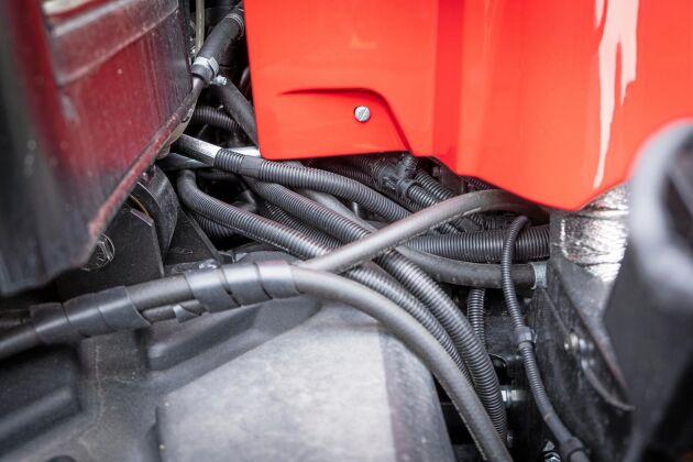 Detaljarbetet behöver förbättras på många ställen. Elkablar som ligger oskyddat och skaver finns på flera platser på traktorn och är en källa till framtida problem.