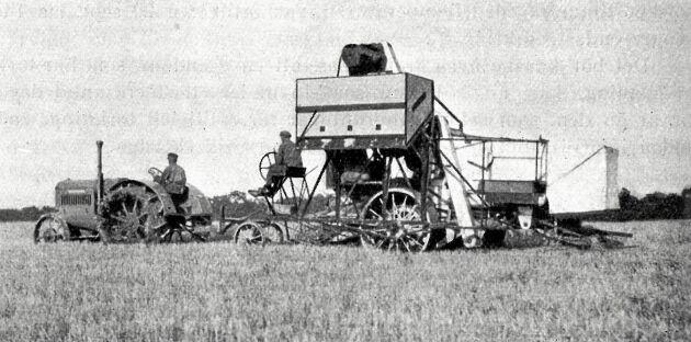 Om gårdsbefälet övervakar tröskverkets inställning, åtgår för betjäning endast en man för skördemaskinen och en man för traktorn (Axelvold 1928)