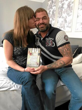 Puss på dig älskling! Maria Ahlberg och sambon Patrik Olsson gläds åt sitt viktras. Han som är diabetiker har även kunnat minska på insulinet.