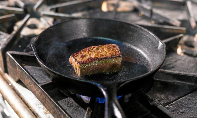 Gjutjärnspannan har varit med sedan mormors tid och är en given favorit i köket av flera anledningar.