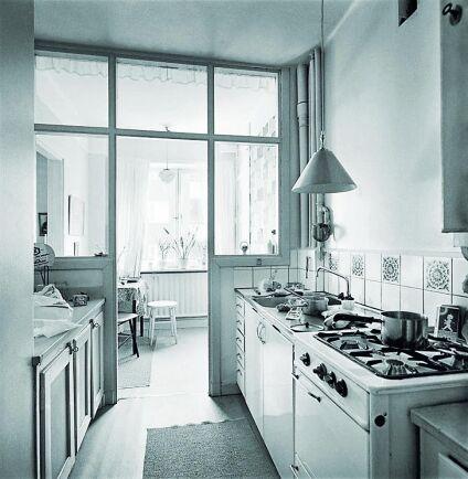 Fönsterlöst kök med dagsljus från glaspartier.