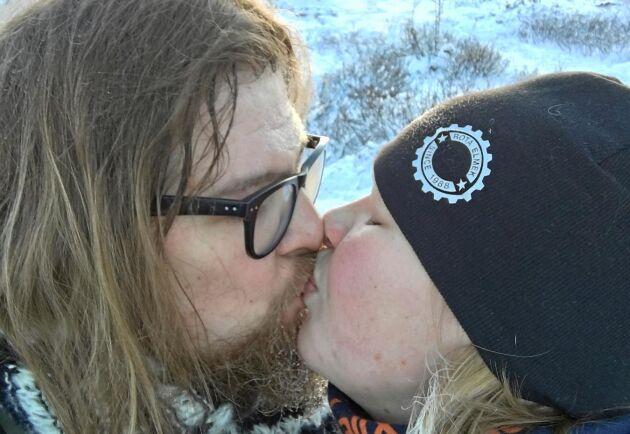 Dejtingappen Tinders avståndsparameter är max 16 mil. Mellan Markus i Pajala och Lisa i Kiruna var det 18 mil. I dag är de gifta och bor tillsammans i Kiruna.