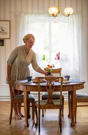 Ida dukar det fina bordet som hennes morfar ordnade, då de plötsligt skulle möblera 360 kvadrat.