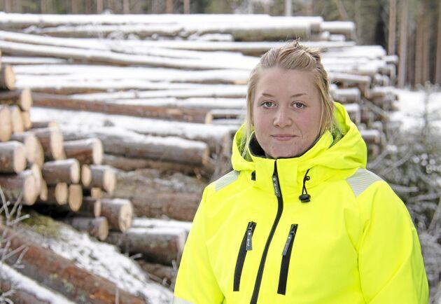 Sofie Tjus Ekström rattar en av två timmerbilar med VR-teknik som finns i Sverige.