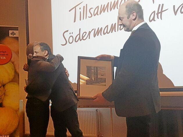 """Det blev många kramar när Margareta Malmquist avtackades efter sex år som ordförande. Här tackas hon av av sina ordförandekolleger Peter Borring, Östergötland, och Per Willén, Örebro. Peter Borring kallade trojkan """"De tre musketörerna"""", de tre regionerna samarbetar mycket samt delar regionkontor och tjänstemän."""