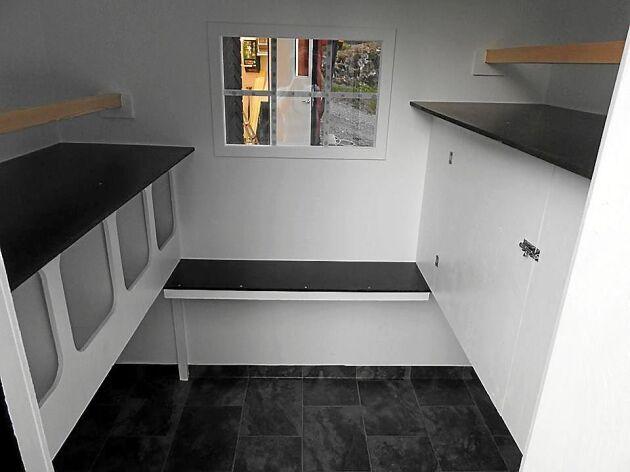 Teodors bygge ifrån början. Till vänster syns det väggfasta redet med sittpinne ovanför. Mittemot sitter ett väggfast skåp för maten.