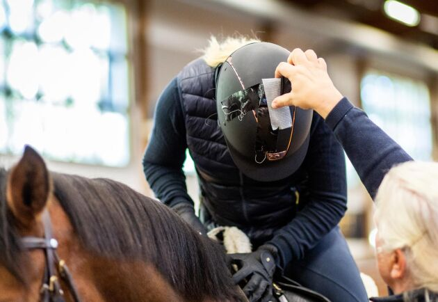Genom att även sätta sensorer på ryttarnas hjälmar går det att få ut ännu mer data om hästens sätt att röra sig. Sensorer kan också sättas på benskydd för att mäta hästens aktivitet i hage och stall.