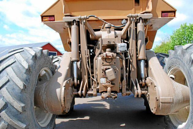 Den välbyggda boggiaxeln, gjord för att klara en last av tolv ton när den användes till skogsmaskiner, blev för tung för att användas på en lantbrukstraktor.