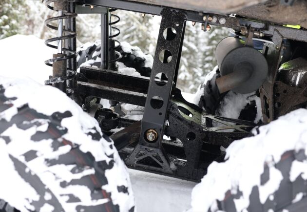 Avgasröret är placerat långt fram på sexhjulingen. Risk att det ryker på föraren?