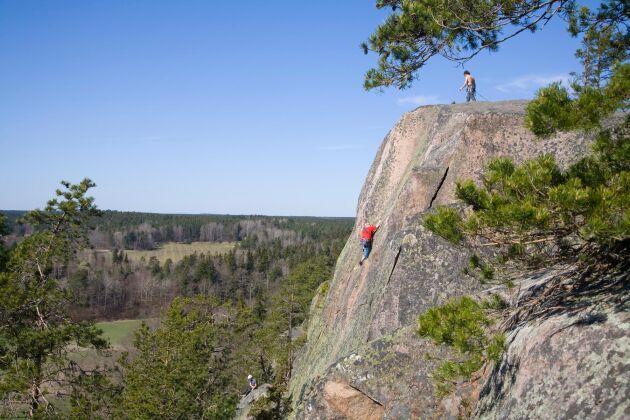 Berg som drar till sig många bergsklättrare kan ge följdproblem med sönderkörda grusvägar och överfulla parkeringar.