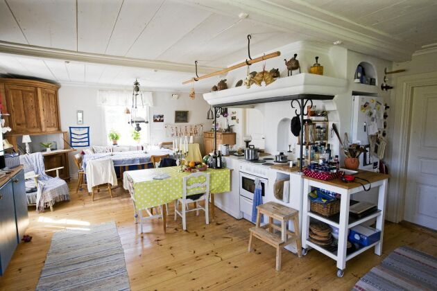 Det stora köket ser ut att vara minst hundra år gammalt men huset byggdes i början av 1990-talet.