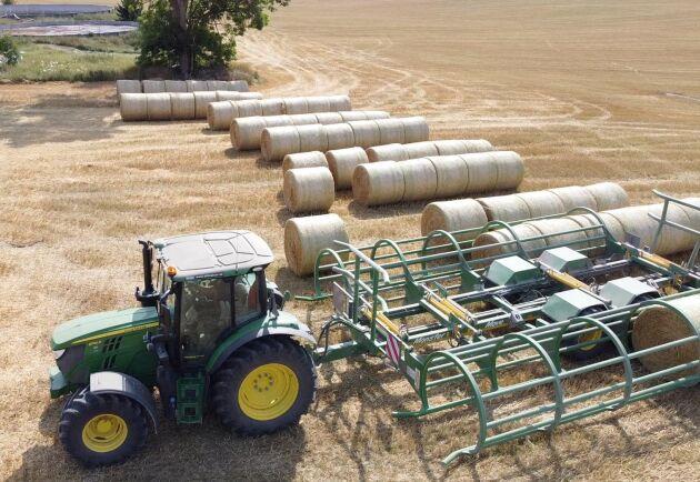 – Vi har bara tre traktorer och vill använda dem så mycket som möjligt. Därför går den här traktorn med balplock på förmiddagarna och drar spannmålsvagnen vid tröskningen på eftermiddagarna, säger Mattias Hultström. Traktorn på bilden är en 6130R.