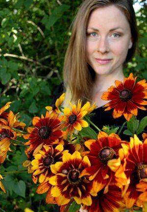 Frida Svensson i Tjörnarp odlar snittblommor, på bilden Rudbeckia en masse, till försäljning i sin villaträdgård.