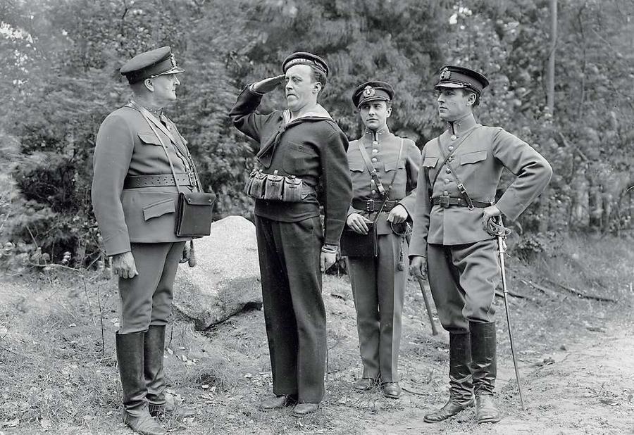 Fridolf Rhudin gjorde succé i filmen Kronans kavaljerer från 1930.
