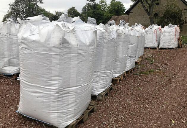 Stora säckar med biokol står på Hjelmsäters egendom i Hällekis.