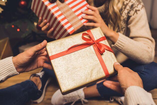 Köp begagnat, välj hemester och skippa utlandsresan –enkla tips för en hållbar julhandel.