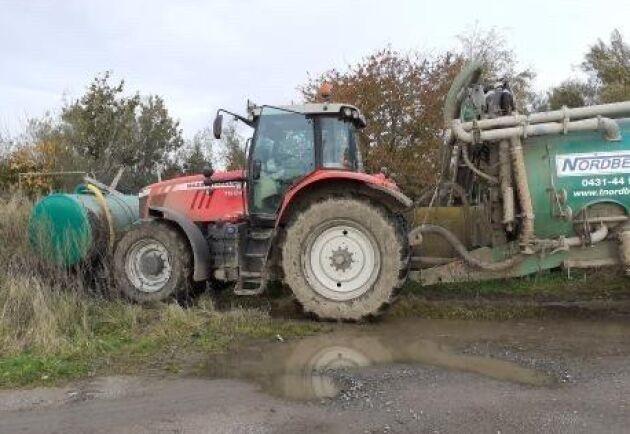 Det är en dag i höstas i gödselsvängen, berättar Liam Gullberg. Traktorn är en MF 7624 och tunnan är en 15 kubiks Samson.