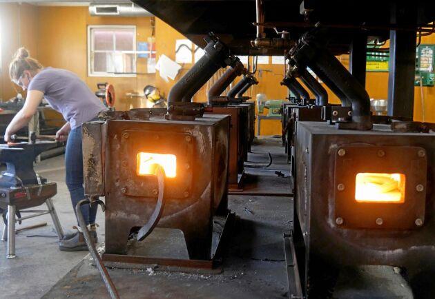Ljudet av slag från hammare mot skojärn ljuder i smedjan och hettan från ässjorna, ugnarna som används för att värma upp järnet, gör att studenterna får ha dörren öppen för att få en behaglig temperatur att arbeta i.