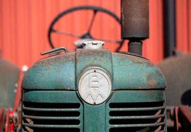 På demonteringen märker man att intresset att renovera gamla svenska traktorer är stort.
