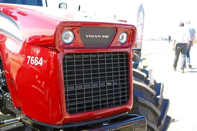 Motorhuven har krävt mycket arbete och designen ska påminna om äldre Volvo BM-traktorer, men även baklastarna.