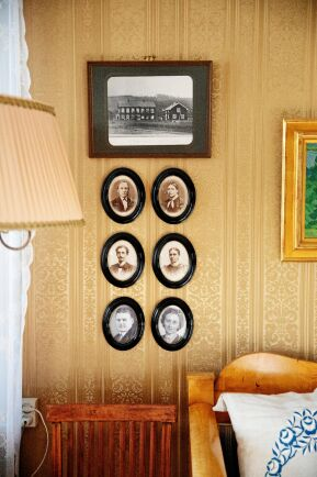 De sex ovalerna på väggen visar de tre generationerna av kvinnliga arvtagare till gården och deras makar (Karin är den fjärde).