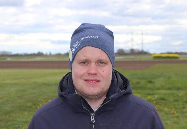 Oskar Gustafsson, produktchef på Scandinavian Seed visar nya sorter för media på Borgebyfältet i maj.