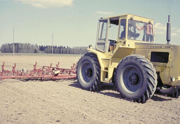 I Väderstads jubileumsbok finns en bild på en Parca 714 som drar en 7,2 meter bred medharv på Tomta gård. Prototypen till Parca-traktorn togs fram av ASJ i Linköping medan Parca 714 serietillverkades i skånska Arlöv.