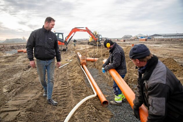 Markarbeten pågår för fullt på byggplatsen och snart är det dags för betongbilen att köra skytteltrafik till gården.