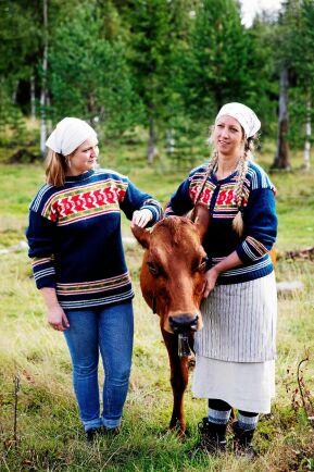 Under vägledning av svärmor Tin Gumuns har Anna lärt sig mycket av fäbodbrukets hantverk.