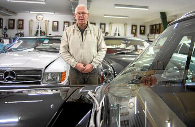 """Mats Harrysson samlar på Mercedesbilar tillverkade mellan 1950 och 1980. Oavsett årsmodell är alla är bra, hävdar han. """"Jag tycker att det är jättefint att sitta i en 50-talare och glida runt lite sakta"""""""