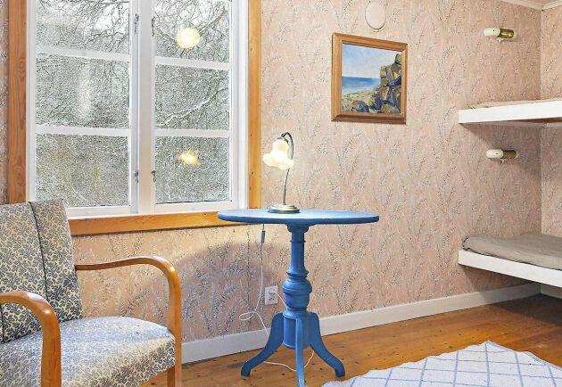 Fem av de åtta rummen är sovrum. Samtliga har trägolv och mönstrade tapeter på väggarna.