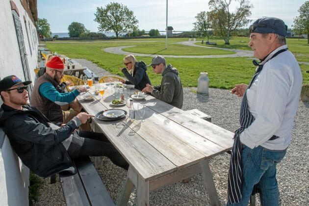Fårölamms korvar är en snackis på Fårös lyxkrog Stora Gåsemora. Under kulturhelgen Fårönatta diskuterar Bertil Gabrielsson hur korven är gjord med nyfikna matgäster.