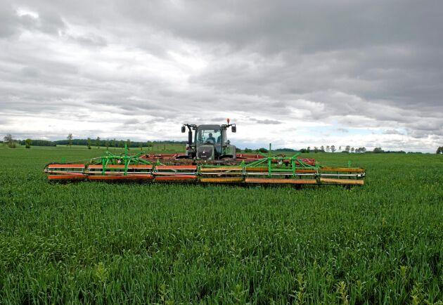 Ekipaget väger 12 ton när det rullar fram på fältet och framaxelfjädringen har fått kopplas ur.