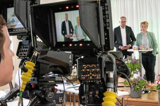 Ger svar. Inga motioner behandlades på stämman, men Palle Borgström och Anna Karin Hatt fick svara på några frågor från medlemmar som deltog i stämman på länk.