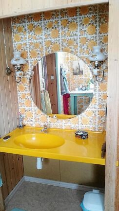 Badrummets färger och mönster andas nostalgi.