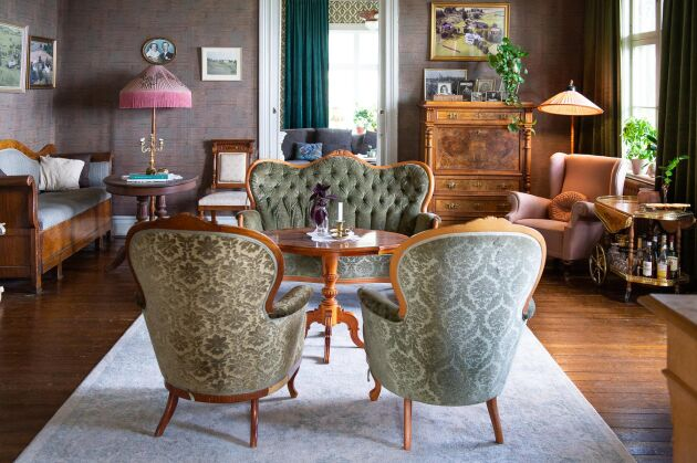 Hanna och Fredriks samling av gamla möbler från förra seklets först hälft passar perfekt.
