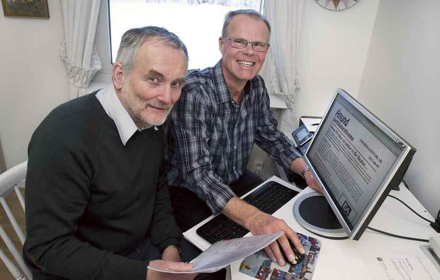 I Badelunda drog invånarna fibernät för bredband själva. Här sitter Lars Björklund och Christer Larsson vid datorn.