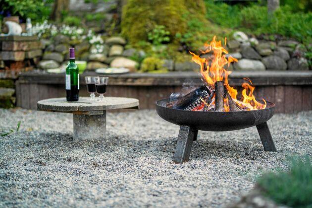 Det är inget fel att laga mat på ved. Samlas kring ett fyrfat eller en stadig eldstad, grilla korv eller koka världens godaste kaffe. Foto: IBL.