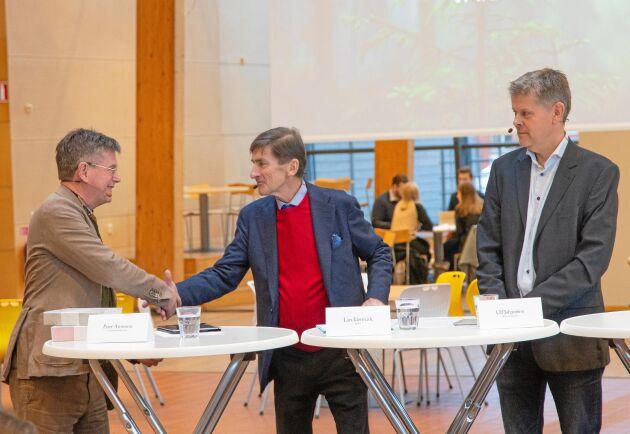 Peter Aronsson, rektor vid Linnéuniversitet, tar i hand på samarbetet med Södras VD Lars Idermark. Till höger i bild står Ulf Johansson, Ikea of Sweden.