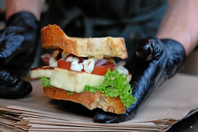 Så här ska en Filloumiburgare se ut: hembakat bröd, ramslöksmajonnäs, rödlök, sallad och tomat. Ekologiskt och lokalproducerat.