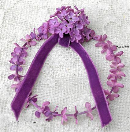 Blomma vid blomma på rad blir den minsta och sötaste syrenkransen. Blommorna plockas försiktigt loss från blomklasen och träs, en och en på en tunn ståltråd som hakas ihop till en ring.