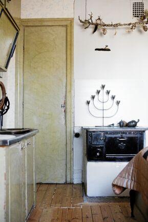 Spår av Katarina och Karl-Fredriks lilla kök på övervåningen. Skafferidörren är nött av att ha öppnats många gånger och skåpens originalfärg är kvar, imiterad Kolmårdsmarmor.
