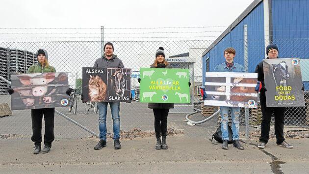 Jonatan Alvarsson, Emma Sveder, Stina Johansson, Anthon Brunzell och Aron Schuurman vid Animal Save Skaraborg manifesterar utanför Skövde Slakteri.