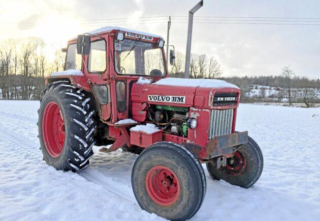 Den har gått som snöröjare och saltat vägar. Det finns ett renoveringsbehov på en traktor som jobbat hårt och snart är 50 år gammal.