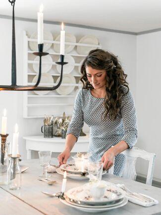 Edyta tycker om att duka fint med gammalt vackert porslin och linneservetter som hon har fyndat på loppisar och auktioner.
