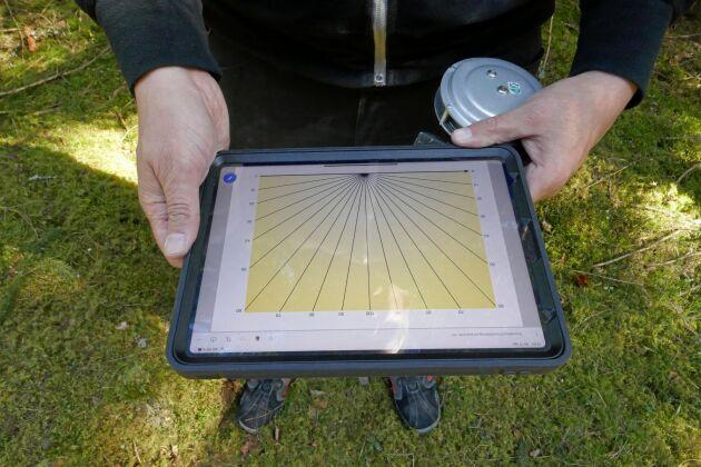 Uppgifterna förs in i en iPad vid inventering av skogsbilvägar i Götaland som Biometria utför. När vägen är klassad blir den grön på Biometrias webbplats.