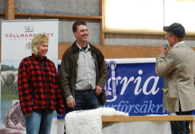 Tomas Olsson, ordförande för Sveriges Lammköttsproducenter tillsammans med sin fru Anna Olsson. De driver ett produktionslantbruk med köttdjur och avel på Norrby Gård utanför Kungsör.