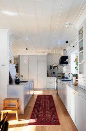 Väggen mellan köket och matsalen är en nio meter lång köks- och umgängesyta.