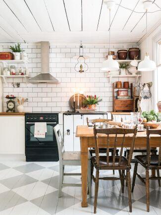Det rutiga trägolvet ger köket extra mycket charm.
